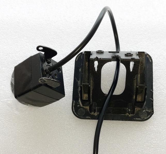 1 два узких отверстия в штатном креплении камеры.jpg